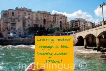 Učit se nový jazyk je jako se stát novým člověkem. V Balluta Bay, St Julians
