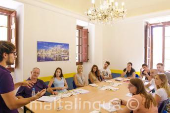 Učitel mluví ke třídě svých studentů v kurzu anglického jazyka