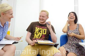 Studenti se smějí ve třídě plné zábavy