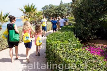 Učitelka na procházce se studenty při aktivní výuce
