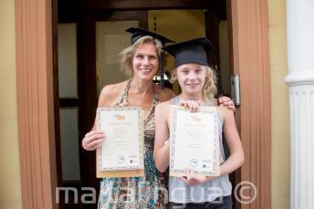 Maminka s dcerou společně se svými certifikáty po úspěšném kurzu