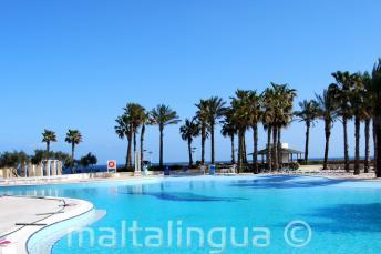 Bazén s výhledem na moře v hotelu Hilton