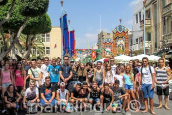 Mladí studenti na oslavě vesnic na Maltě