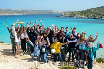 Skupina studentů na procházce po Cominu, Malta