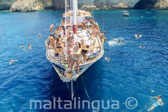 Studenti jazykové školy Malatalingua se chystají je skoku z lodi