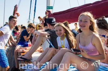 Mladí studenti si užívají výletu