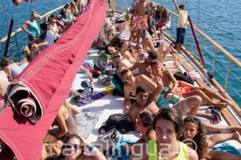 Studenti se opalují na palubě lodi