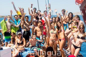 Skupina studentů na výletu lodí