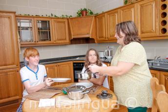 Studenti večeří se svojí hostitelskou rodinou