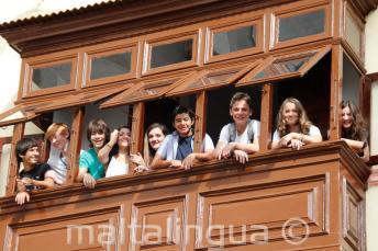 Studenti na balkónu školy