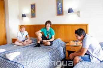 3 mladí studenti na pokoji naší školní rezidence