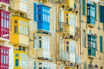 Mnoho barevných maltských balkónů