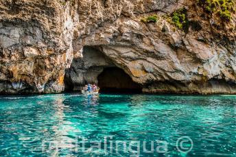 Aquamarinové vody v Blue Grotto, Malta.
