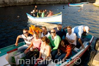Studeti, připraveni na plavbu do Blue Grotto.