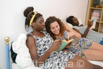 Studenti si čtou knihy s členy rodiny