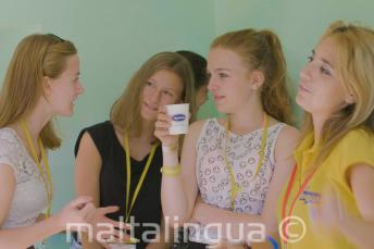 Učitelka a vedoucí skupiny mluví se studenty