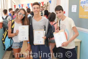 3 studenti se svými certifikáty z ukončení kurzu
