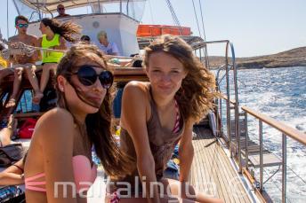 2 dívky se usmívají na školním výletě lodí