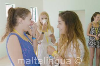 2 studentky angličtiny si povídají ve škole