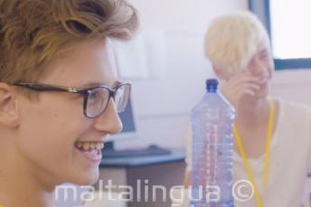 2 studenti se baví v letní škole
