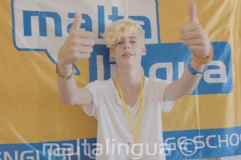 Student letní jazykové školy ukazuje palec nahoru