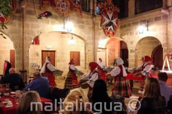 Tradiční maltští tanečníci účinkují při večeři v restauraci