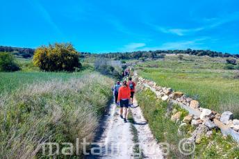 Skupina studentů se prochází po venkově na Maltě