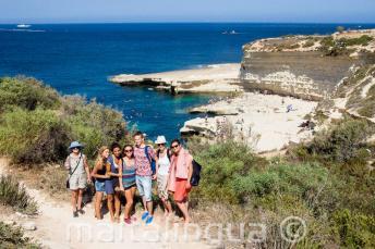 Sudenti kurzů anglištiny navštěvují St Peter's Pool, Malta