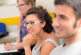 Studentka pozorně naslouchá