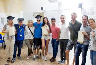 Studenti jazykové školy se svými certifikáty z kurzu