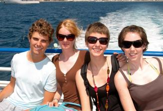 Rodina si užívá na výletu lodí na Comino, jazykové školy