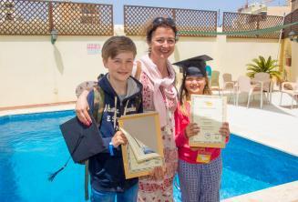Maminka se svými dětmi a certifikáty po úspěšném kurzu