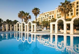 Venkovní bazén v hotelu Hilton v St Julians, Malta