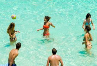 Studenti školy hrají volejbal v Blue Lagoon, Malta