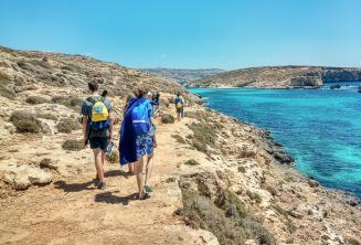 Studenti školy se prochází podél Blue Lagoon
