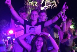 4 studenti tancují na uvítacím školním večírku