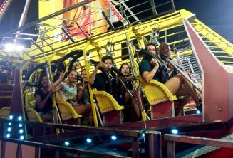 Skupina studentů v zábavním parku