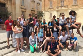 Studenti se fotí v Mdině