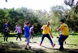 Studenti hrají hry v Kennedy Grove parku nedalekou školní residence