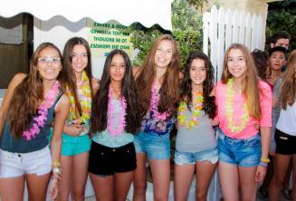 6 dícek jde na uvítací večírek školy