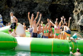 Studenti školy ve vodní patku na Maltě
