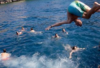 Studenti skákají z lodi do moře