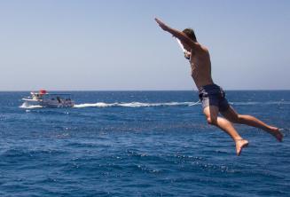 Student skáče ve tvaru hvězdy z lodi