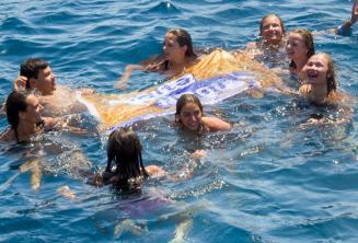 Skupinový vedoucí plavou se studenty