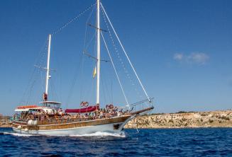Naše loď při plavbě na Comino