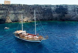 Školní výlety lodí na Crystal Bay, Comino