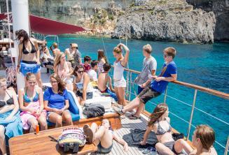 Studenti relaxují na palubě