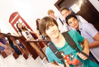 Skupina studentů na školní schodišti jazykové školy