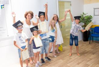 Děti se svými certifikáty z jazykového kurzu anglického jazyka