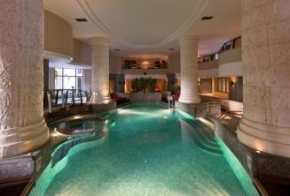 Vnitřní krytý bazén a lázně hotelu v St Julians, Malta